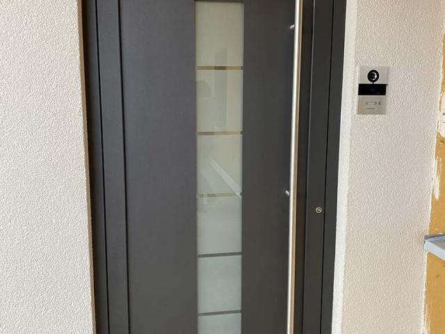 Haustüre mit Überwachungskamera